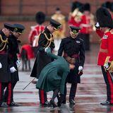 Die Herzogin bleibt mit ihrem Absatz im Gitter stecken. Ganz Gentleman hilft Prinz William seiner Frau.