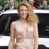 Weich fallend und tief ausgeschnitten ist Kylie Minogues nudefarbene Seidenrobe von Juan Carlos Obando, die sie sich für die amfAR-Gala in Cannes ausgesucht hat.