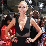 """Heidi Klum weiß genau, wie sie sich sexy in Szene setzt. Zum Beispiel mit diesem schwarzen Mini-Dress mit extratiefem Dekolleté, das sie bei einem """"America's got Talent""""-Event in L.A. trägt."""