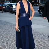 Dunkles Make-up, futuristisches Kleid, tiefer Auschnitt: Cobie Smulder weiß, wie sie die Blicke auf sich zieht. (Kleid von Sportmax)