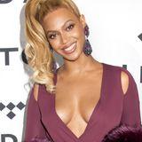 Pop-Diva Beyoncé Knowles lässt nur zu gerne tief blicken. Ihr sexy Kleid von Philipp Plein offenbart die tollen Kurven der Sängerin.