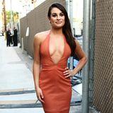 Wow! Was für ein Outfit! Lea Micheles heißes Lederkleid von Bec & Bridge ist zwar farblich schon ein Gruß an den Herbst, aber mit dem Ausschnitt noch ziemlich sommerlich sexy.