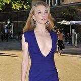 """""""Game of Thrones""""-Star Natalie Dormer betont ihren gertenschlanken Körper in einem blau-violetten Kleid von Hugo Boss."""
