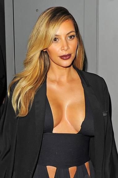 Recht freizügig am Dekolleté und Bauch zeigt sich Kim Kardashian bei einem Dinner in Paris.