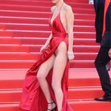 Geschafft hat sie das aber nicht. Auf der Treppe wurde das rote Sexbomben-Outfit vom Wind erfasst