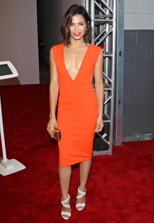 Jenna Dewan-Tatums Etuikleid ist nicht nur der knalligen Farbe wegen ein Hingucker, auffällig ist auch der besonders tiefe V-Ausschnitt.
