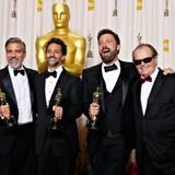 """Jack Nicholson freut sich mit George Clooney, Grant Heslov und Ben Affleck über die Auszeichnung für """"Argo""""."""