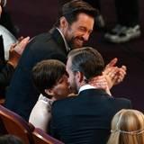 Anne Hathaway küsst ihren Mann Adam Shulman vor Freude. Auch Hugh Jackman freut sich mit der Gewinnerin.
