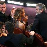 Ben Affleck gewinnt den begehrten Academy Award. Von Gattin Jennifer Garner gibt's gleich ein Küsschen. Liev Schreiber, Stacy Keibler und Produzent George Clooney applaudieren.