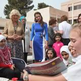 Während die Herzogin mit Königin Rania eine Schule in Amman besucht, ...