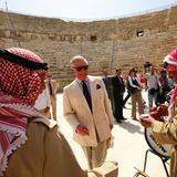 In Jerash besichtigt das royale Paar römische Ruinen. Besonders Prinz Charles hat Spaß dabei.