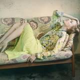 Daydreaming: luftige Hemdbluse mit Blumenprint, dazu ein limettengrüner Plisseerock, beide von Luisa Cerano. Plateausandalen von Paul & Joe, Armband von Nicola Hinrichsen