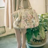 Accessoires, für die man keinen grünen Daumen braucht: Handtasche von Aigner, Peeptoes von Shani Bar. Seidenkleid von Daks, Blumen-Cardigan von Holly Golightly