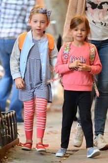 Niedlich, sportlich und bequem, genau wie Kindermode sein sollte: Marion trägt Streifen-Look und College-Jacke, Tabitha ist im pinken Sweater und Sporthose unterwegs zur Schule.