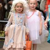 It's Halloween! Tabitha als Marie Antoinette und Marion als bezauberndes Einhorn ziehen mit ihren Täschchen zum Süßigkeitensammeln durch die Nachbarschaft.