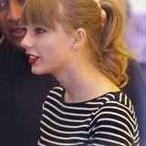 Taylor Swift bindet ihre Haare in der Freizeit gerne zum Pferdeschwanz zusammen. In Kombination mit ihrem Pony sieht das besonders schick aus.