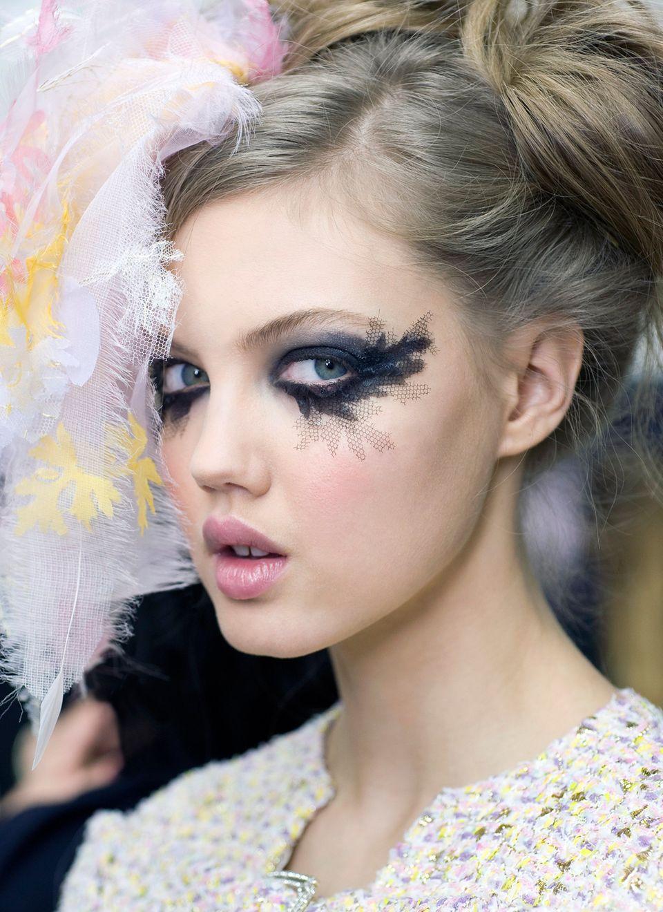 Black-Eyed Beauty   Was Visagist Peter Phillips aus zarter Spitze um die Augen der Chanel-Models arrangierte, ist in der Gala-Style-Interpretation ein Look aus glossiger, satt schwarzer Farbe geworden