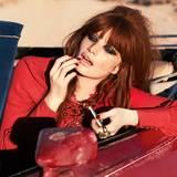 Rotes, kurzes Tunika-Kleid mit aufwendiger Perlenstickerei am Kragen, von Gucci. Ring von Susa Beck