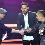 """Die Band Linkin Park bekommt von Til Schweiger den Echo in der Kategorie """"Gruppe Rock/Alternative International"""" überreicht."""