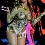 """Aufsehen erregt Beyoncé zum Auftakt ihrer """"Mrs Carter""""-Welttournee mit dem paillettenbesetzen FKK-Anzug ganz sicher. Sexy ist aber irgendwie was anderes..."""