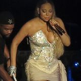 Eng, enger, Mariah: Wieder einmal hat sich die Frau mit der Wahnsinsstimme in ein viel zu enges Outfit gezwängt. Liebe Mariah Carey, das hast du doch gar nicht nötig!
