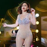 Mit einer perfekten Mischung aus glitzerndem Fantasy-Bra und figurformender Unterwäsche in Hautton wirbelt Jennifer Lopez über die Bühne des iHeartRadio Fiesta Latina.