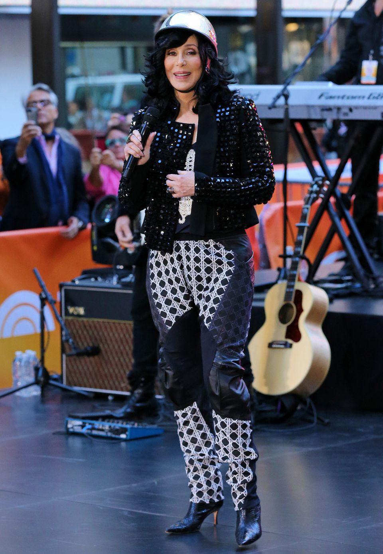 Hat Cher da eine Salatschüssel auf dem Kopf? Die Kopfbedeckung der Sängerin ist so absurd, dass der Rest des bemüht glamourösen Rockerkluft-Verschnitts fast gar nicht auffällt.