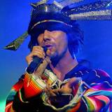 Futuristisch-folkloristisch kann man die Bühnenoutfits von Jamiroquais Sänger Jay Kays bezeichnen.