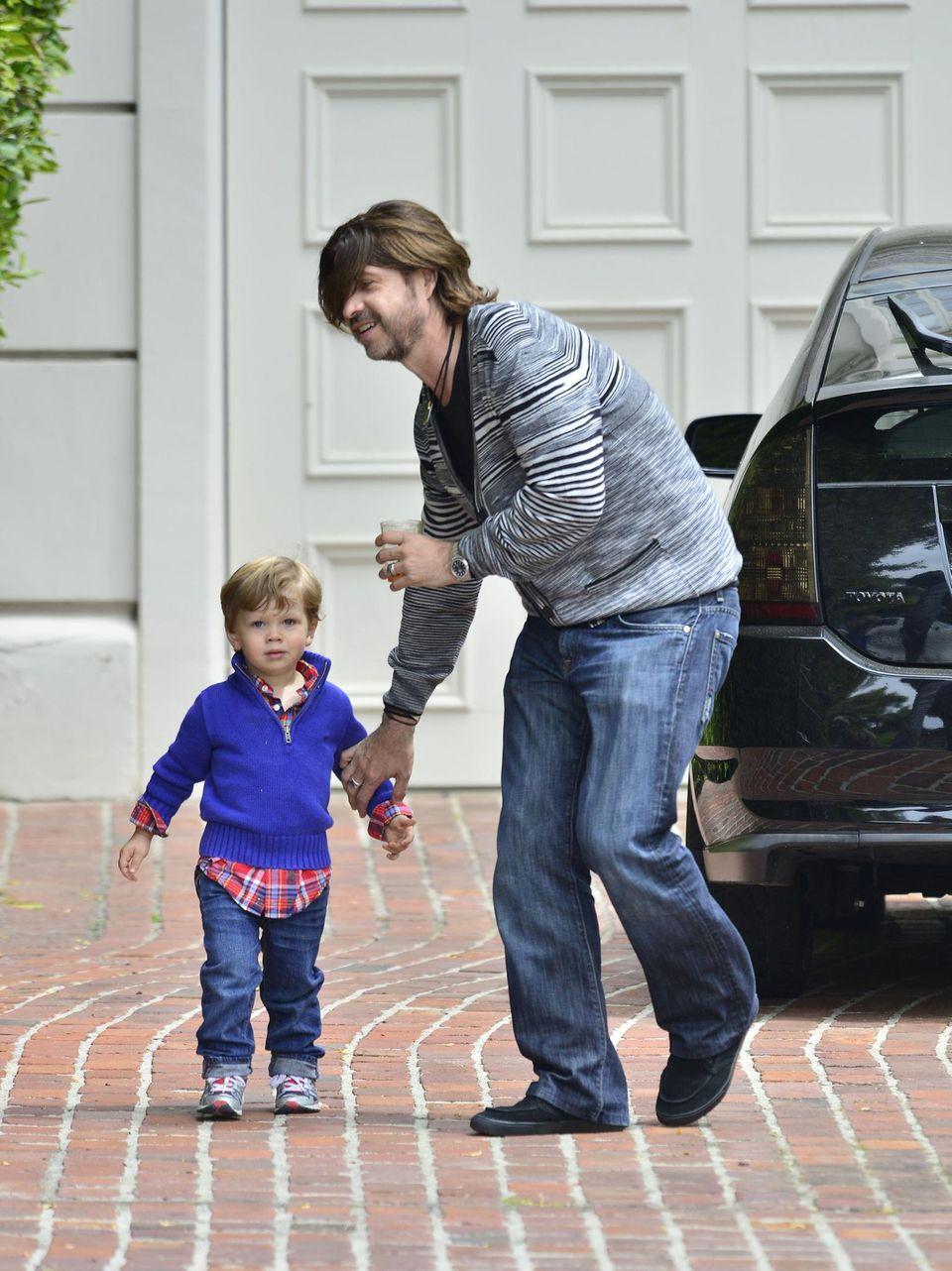 Da wollte wohl jemand die Party frühzeitig verlassen? Skylers Papa Rodger Berman fängt Ali Larters Sohn Theodore allerdings rechtzeitig wieder ein.