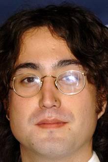 """John Lennon und Sean Lennon  Sean Lennon wird im Oktober 1975 als Sohn von John Lennon und Yoko Ono geboren. Nach dem Tod seines Vaters zieht sich Sean mit seiner Mutter für einige Jahre aus der Öffentlich zurück und tritt dann in die Fußstapfen des berühmten """"Beatles""""-Mitglied und gibt sich ebenfalls der Leidenschaft zur Musik hin. In Sean Lennon und seinem Aussehen lebt sein Vater weiter."""