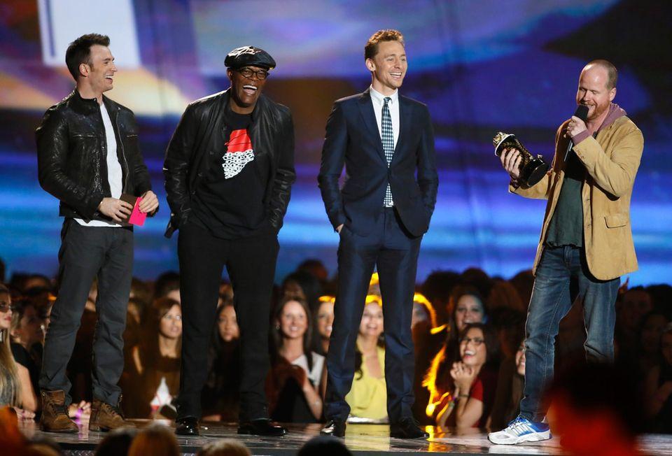 """Die Crew von """"Marvel's The Avengers"""", Chris Evans, Samuel L. Jackson, Tom Hiddleston und Joss Whedon, kann sich über den Award für den """"Film der Jahres"""" freuen."""