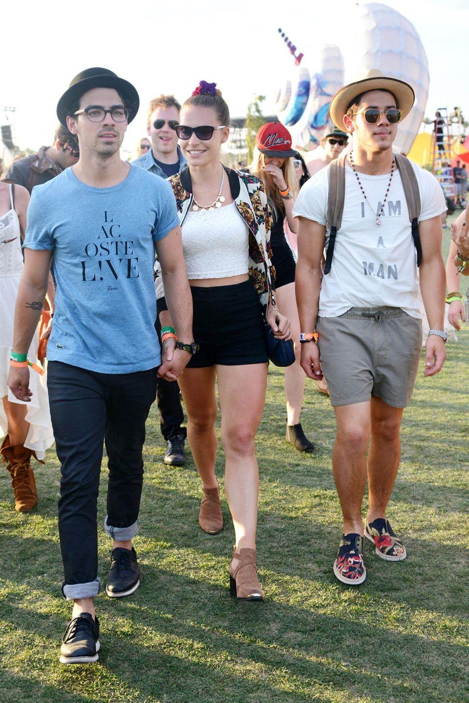 Joe Jonas mit seiner Freundin und Bruder Nick