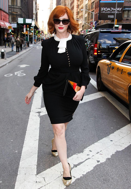 Ganz die New Yorker Lady gibt Christina Hendricks in dem schwarzen Etuikleid mit Schößchen und Schluppenkragen.