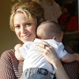 25. Mai 2013  Shakira ist mit Baby Milan in West Hollywood unterwegs und geht bei Bel Bambini für den Kleinen einkaufen.