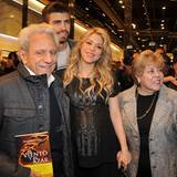 15. Januar 2013  Die hochschwangere Shakira besucht mit Piqué die Buchvorstellung ihres Vaters William Mebarak Chadid. Auch Shakiras Mutter Nidia del Carmen Ripoll Torrado freut sich über die Zusammenkunft.