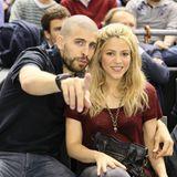 25. April 2013  Piqué - mit neuer Frisur - und Shakira nehmen sich abseits ihrer vollen Terminkalender die Zeit für einen gemeinsamen Besuch bei einem Basketballspiel in Barcelona.