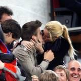 23. April 2011  Wenn Kicker Piqué im Stadion auf der Bank sitzen muss, dann tut er das mit seiner Liebsten. Vom Spiel haben die beiden sicherlich nicht viel gesehen.