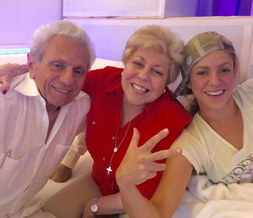Superstar Shakira genießt ihre neue Musik im Studio: Mit dabei sind ihre stolzen und bestens gelaunten Eltern.