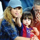 Da ist Papa: Der kleine Milan zeigt Mama Shakira wo sich gerade der Papa Gerard Piqué aufhält, auf dem Spielfeld von FC Barcelona.