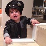 31. Oktober 2013  Gerard Piqué präsentiert über Twitter das Halloween-Outfit seines Sohnes. In seinem ersten Lebensjahr geht Milan als Polizist.