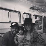 20. Juli 2014  Nach der WM gönnt sich Gerard Piqué eine Auszeit mit der Familie. Er scheint von der Drahtseilbahn, in der sie hier sitzen, begeisterter zu sein als Söhnchen Milan.
