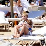 26. Mai 2016  Shakira entspannt sich mit ihrer Familie am Strand - vorbildlich mit viel Sonnencreme im Gesicht.