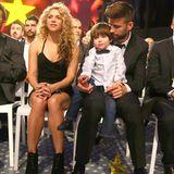 """9. November 2015  Shakira und Piqué nehmen ihren ältesten Sohn Milan mit zu den """"Catalonian Football Federation Awards"""" in Barcelona, wo Papa Gerard Piqué geehrt wird."""