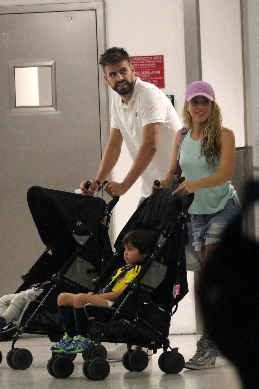 6. Juli 2016   Shakira und Gerard Piqué kommen am Flughafen Miami an. Die erfahrenen Eltern sind gut vorbereitet und haben für Milan und Sasha die Kinderwagen dabei.