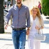 15. April 2011  Sie zeigen ihre Liebe: Hand in Hand schlendern Shakira und Piqué durch Barcelona.