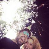 1. Januar 2016  Bester Laune starten Gerard Piqué und Shakira ins neue Jahr.