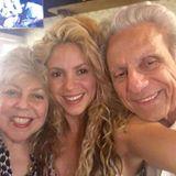 7. September 2016   Die Familie ist Shakira sehr wichtig. Sie bedankt sich für die Geburtstagswünsche zum Geburtstag ihres Vates mit einem süßen Foto von sich und ihren Eltern.