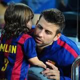 Gerard Piqué umarmt Milan nach dem Spiel. FC Barcelona gewinnt 3:0 gegen SD Eibar.