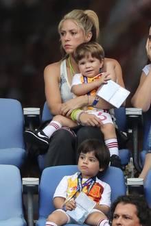 Shakira ist mit ihren Söhnen Sasha und Milan auf der Zuschauertribüne in Paris und muss mich ansehen, wie Gerard Piqué mit seinem spanischen Team gegen Italien verliert.