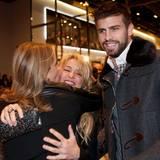 17. November 2011  Piqués Mutter Montserrat Bernabeu hat die Freundin ihres Sohnes sofort ins Herz geschlossen. Bei einer Buchpräsentation von Gerards Vater Joan Piqué in Barcelona begrüßt die Schwiegermutter in spe Shakira sehr innig.